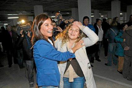 lorente se abraza a Pepa en dic 2012 asamblea PP