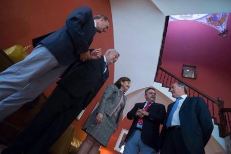La consellera y secretaria general del PP, Isabel Bonig, con el presidente de la Cámara de Comercio, Félix Cerdán junto a otros miembros de la directiva de la institución. / FOTO: A. ARAGÓN