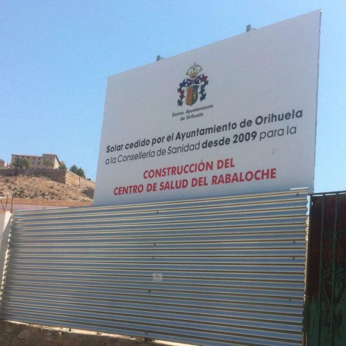 El cartel que el bipartito ha puesto en el solar cedido para el centro de salud del Rabaloche.