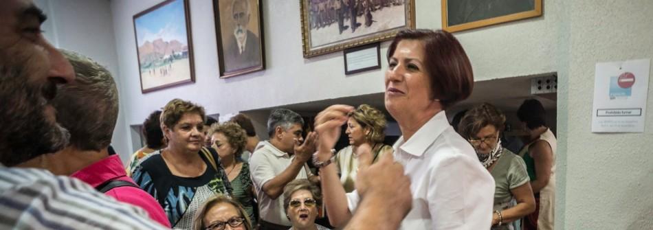 Ana Mas recibe la felicitación del secretario general Carlos Bernabé, con Antonia Moreno y Paco Escudero al fondo. / Alberto Aragón